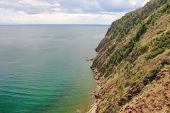 Красивая природа озера в лете, высокие горы и ясность зеленеют, фиолетовая вода Lake Baikal, Сибиря, России - ландшафта стоковые фотографии rf