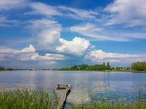 Красивая природа, река и пасмурное голубое небо Стоковые Изображения RF