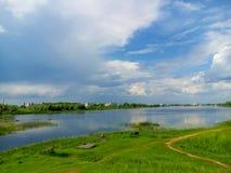 Красивая природа, река и пасмурное голубое небо Стоковая Фотография