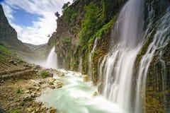 Красивая природа с водопадом на горе Стоковая Фотография