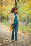 Красивая прогулка девушки в парке осени Стоковое Изображение RF