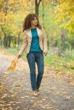 Красивая прогулка девушки в парке осени Стоковая Фотография RF