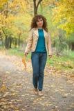 Красивая прогулка девушки в парке осени Стоковое фото RF