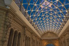 Красивая просвещенная крыша внутри здания Стоковое фото RF