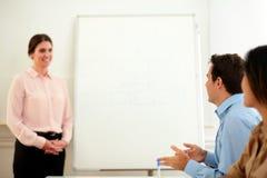 Красивая профессиональная женщина смотря коллег Стоковое Изображение RF