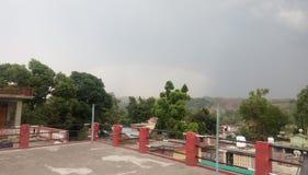 Красивая радуга в небе tha стоковые изображения rf