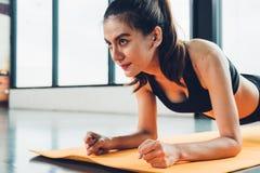 Красивая разминка тренировки женщины со стелюгой на циновке стоковые фотографии rf