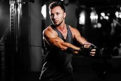Красивая разминка человека в спортзале Стоковые Изображения RF