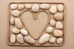Красивая рамка веревочки в форме сердца с белыми камнями Стоковые Фото