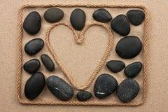 Красивая рамка веревочки в форме сердца с черными камнями Стоковое фото RF
