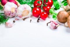 Красивая рамка различных овощей и специи на белых досках с открытым космосом для вас отправляют СМС Стоковое Фото
