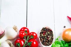 Красивая рамка различных овощей и специи на белых досках с открытым космосом для вас отправляют СМС Стоковое фото RF