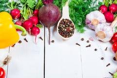 Красивая рамка различных овощей и специи на белых досках с открытым космосом для вас отправляют СМС Стоковая Фотография RF