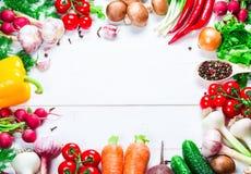 Красивая рамка различных овощей и специи на белых досках с открытым космосом для вас отправляют СМС Стоковые Изображения RF