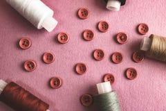 Красивая рамка с много круглыми красными кнопками для шить, needlework и пасм катышк потока скопируйте космос Плоское положение стоковое фото