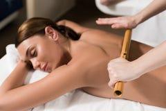 красивая расслабленная женщина имея бамбуковый массаж стоковые изображения