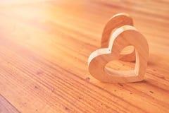 Красивая древесина формы сердца на деревянной предпосылке, винтажном тоне Стоковое Изображение RF