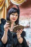 Красивая ретро женщина держа играя карточки стоковые фотографии rf