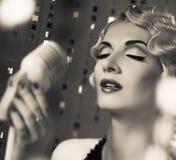 Красивая ретро женщина стоковая фотография