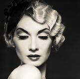 Красивая ретро женщина стоковое изображение rf