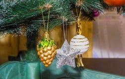 Красивая рождественская елка изолированная на белой предпосылке Стоковые Изображения RF