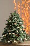 Красивая рождественская елка на деревянных досках Подготовка для концепции праздников Цветочный магазин мастерская работа a Стоковые Изображения