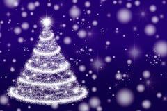 Красивая рождественская елка на фиолетовой предпосылке Стоковое фото RF
