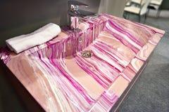 Красивая розовая керамическая раковина ванной комнаты с картинами в магазине Стоковая Фотография RF