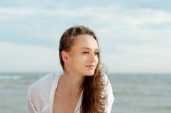 Красивая романтичная девушка на пляже стоковые изображения rf