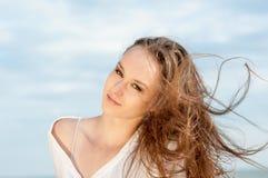 Красивая романтичная девушка на пляже стоковое фото rf