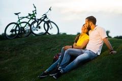 Красивая романтичная пара обнимает outdoors Стоковые Фотографии RF