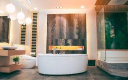 Красивая роскошная винтажная пустая ванна около большого окна в interio ванной комнаты, открытом космосе стоковая фотография rf