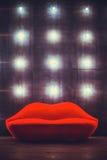 Красивая роскошная красная софа губ на серой предпосылке с светами Стоковые Изображения