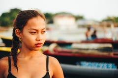 Красивая родная азиатская девушка на пляже, девушка во время лета на местном острове пляжа Стоковая Фотография