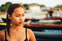 Красивая родная азиатская девушка на пляже, девушка во время лета на местном острове пляжа Стоковые Фотографии RF