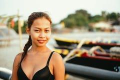 Красивая родная азиатская девушка на пляже, девушка во время лета на местном острове пляжа Стоковая Фотография RF