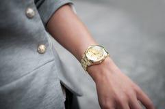 Красивая рука женщины моды с вахтой, Стоковые Изображения RF