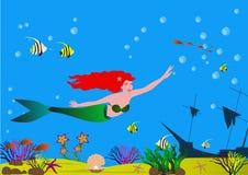Красивая русалка с красными волосами в дне моря с раковинами, водорослями, рыбами и песочным дном Стоковые Фото