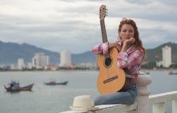 Красивая рыжеволосая девушка с гитарой Стоковые Фотографии RF