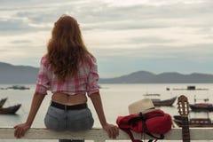 Красивая рыжеволосая девушка с гитарой Стоковые Фото