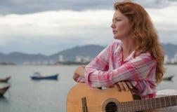 Красивая рыжеволосая девушка с гитарой Стоковая Фотография RF
