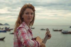 Красивая рыжеволосая девушка с гитарой Стоковое Изображение RF