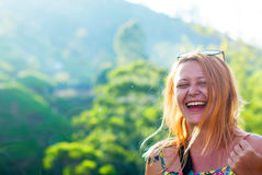 Красивая рыжеволосая девушка с побритыми висками смеясь над с счастьем на фоне гор Стоковая Фотография RF