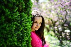 Красивая свежесть Молодая дама весной садовничает Милая девушка на природе весны Милая девушка с молодой кожей стороны и нет стоковое фото rf