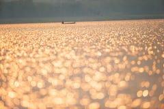 Красивая сверкая вода на озере Золотой сверкнать на озере в сезоне лета Рыболовы и предпосылки рыбацкой лодки стоковая фотография rf