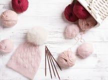 Красивая связанная шляпа с pompom меха Стоковые Изображения