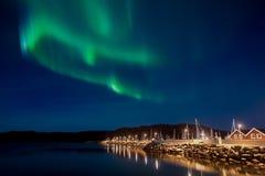 Красивая северная синь над городом, стоковые изображения