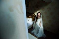 Красивая сексуальная дама redhair в элегантном белом платье свадьбы Портрет моды модели внутри помещения Женщина красоты сидя око Стоковое Изображение RF