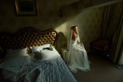 Красивая сексуальная дама redhair в элегантном белом платье свадьбы Портрет моды модели внутри помещения Женщина красоты сидя око Стоковая Фотография RF