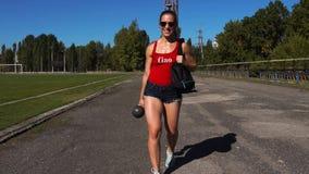 Красивая сексуальная девушка фитнеса во время разминки outdoors акции видеоматериалы
